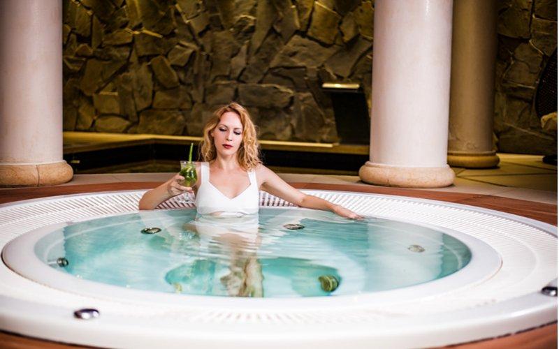 Žena vo vírivke s nápojom v ruke