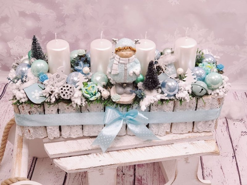 Bielo modrý adventný veniec