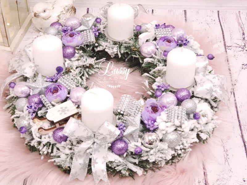 Bielo fialový adventný veniec