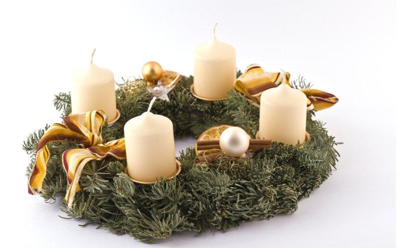 Adventný veniec s bielymi sviečkami