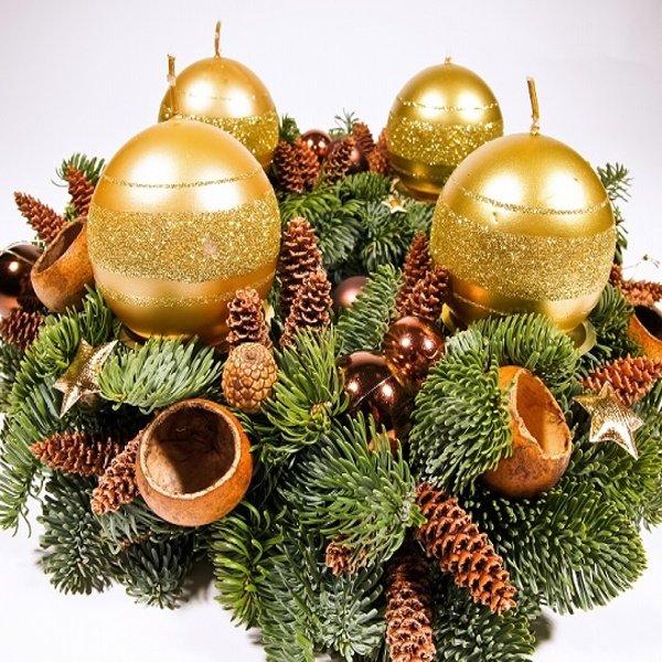 Adventný veniec so zlatými guľatými sviečkami