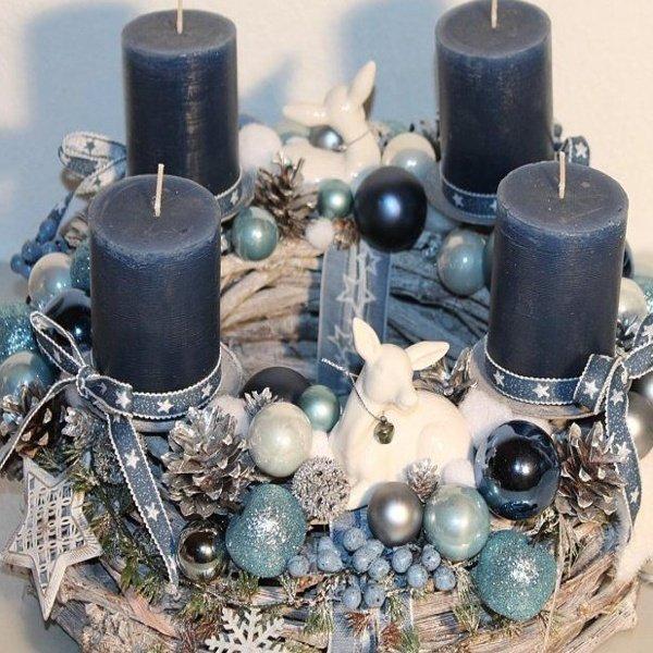 Adventný veniec s modrými sviečkami