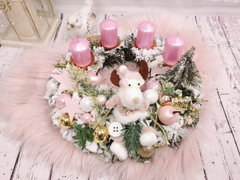 Adventný veniec s ružovými sviečkami a sobom