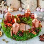 Adventný veniec so zapálenými sviečkami