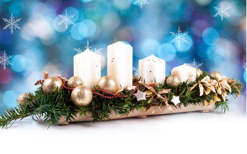 Biele sviečky so zlatými guľôčkami na čečine