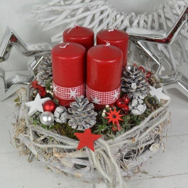 Adventný veniec s červenými sviečkami