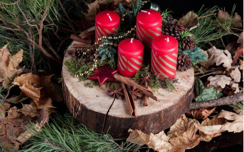 Adventný veniec s červenými sviečkami na drevenom podnose