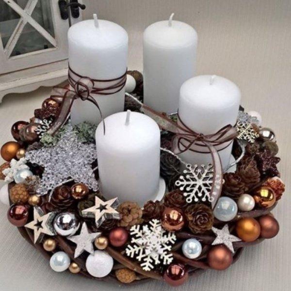 Hnedý veniec s bielymi sviečkami
