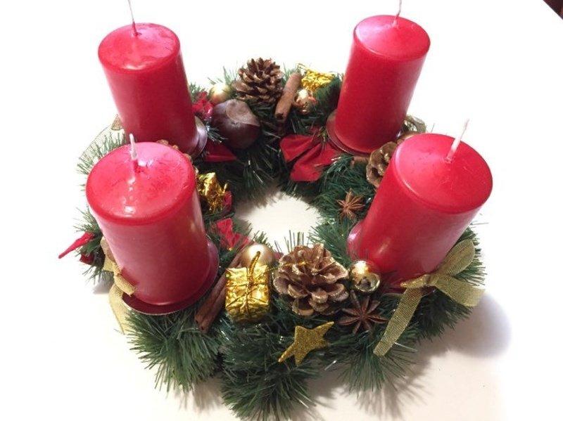 Červeno zlatý adventný veniec so sviečkami