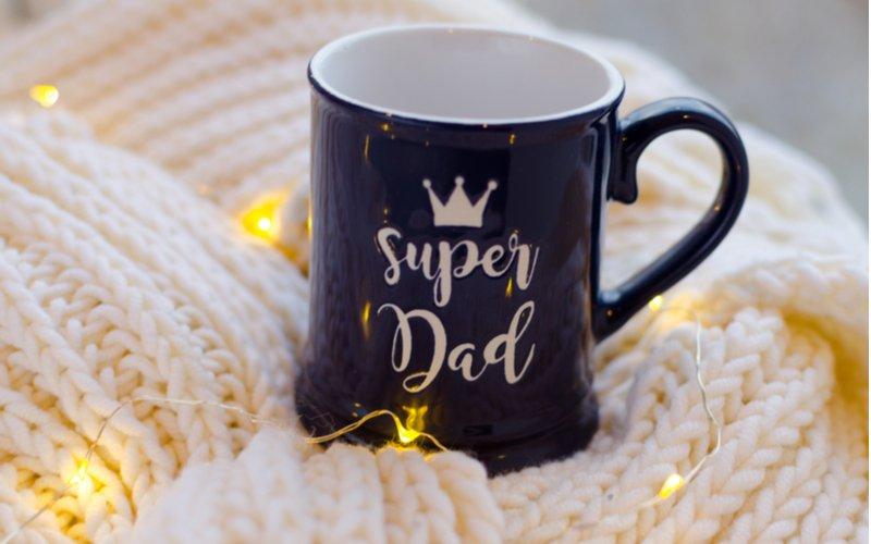 Modrý hrnček s nápisom super otec