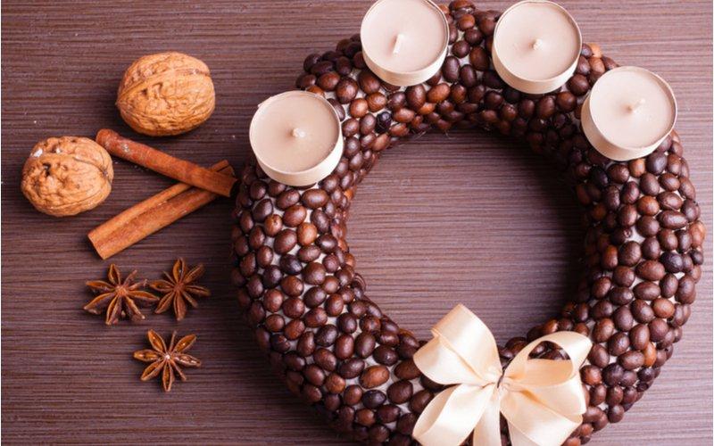 Adventný okrúhly veniec z kávových zŕn