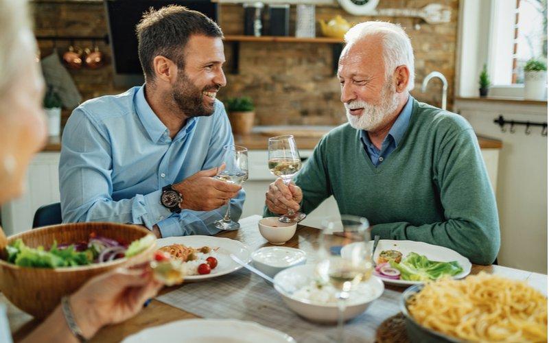 Muž s otcom na večeri