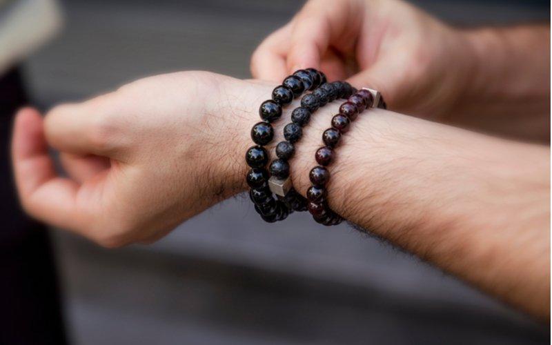 Tri čierne náramky na mužskej ruke