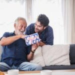 Muž dáva darček svojmu otcovi