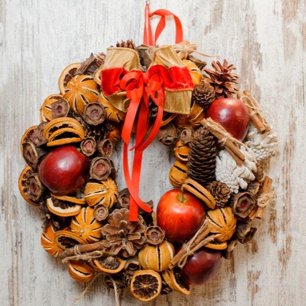 Vianočný veniec na dvere s jablkami aj škoricou