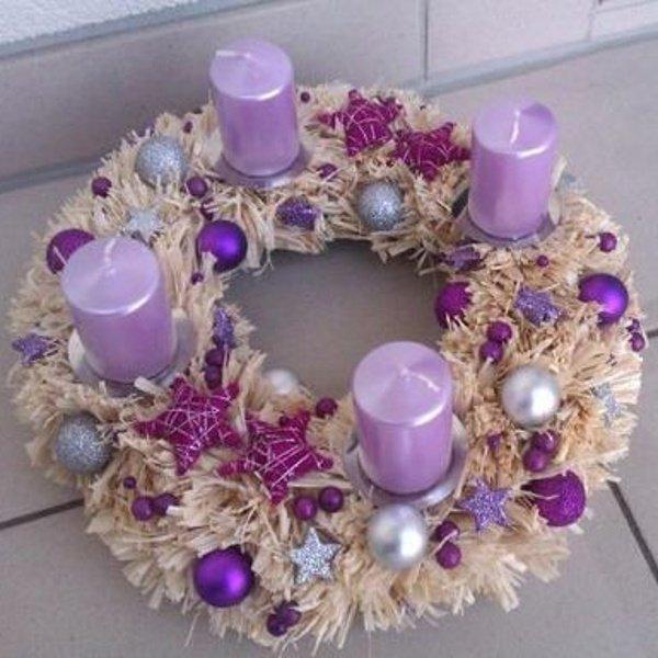 Slamený adventný veniec s fialovými sviečkami
