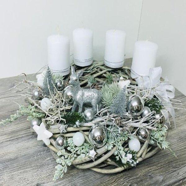 Strieborný veniec s bielymi sviečkami