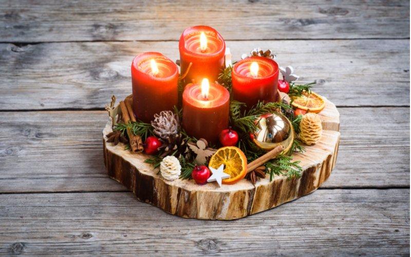 Zapálené sviečky na drevenom podnose