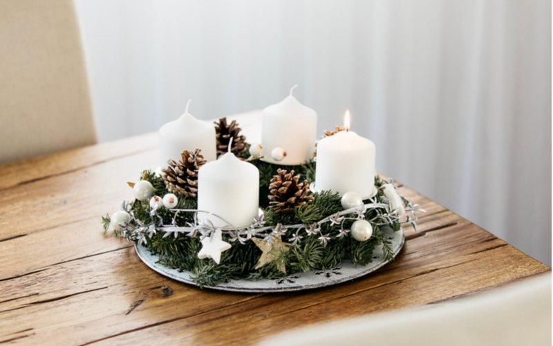 Biele sviečky na tanieri