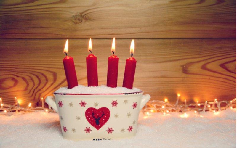 Dlhé červené sviečky v hrnci