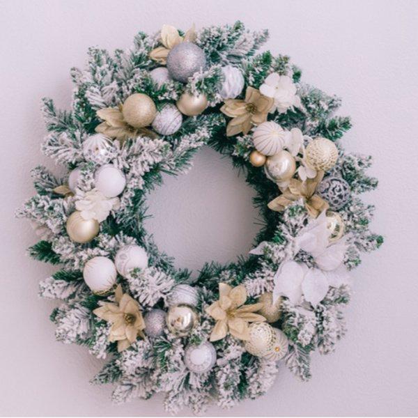 Moderný vianočný veniec na dvere