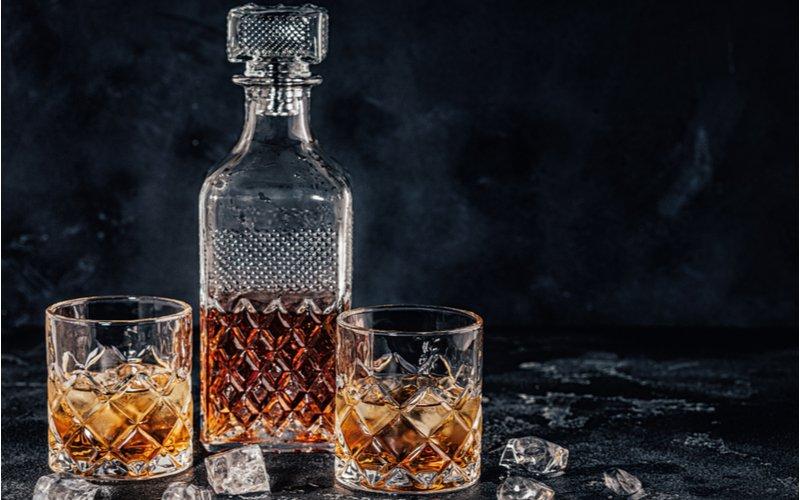 Fľaša a poháre s whisky