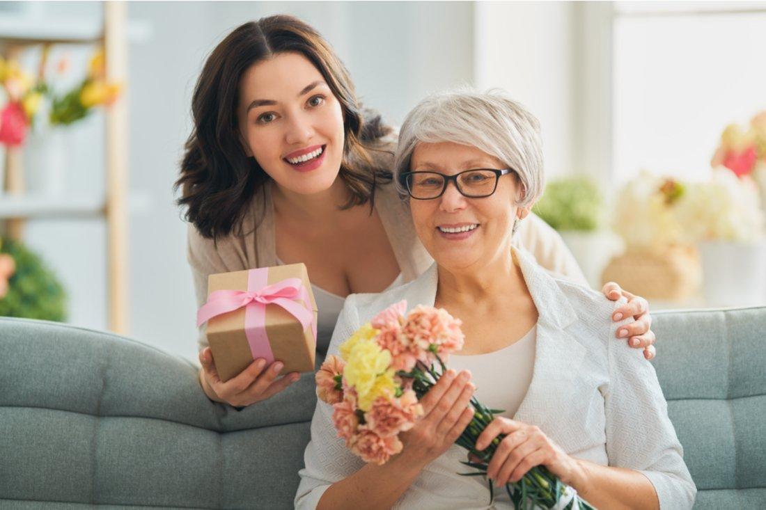 Žena s darčekom a jej matka s kvetmi