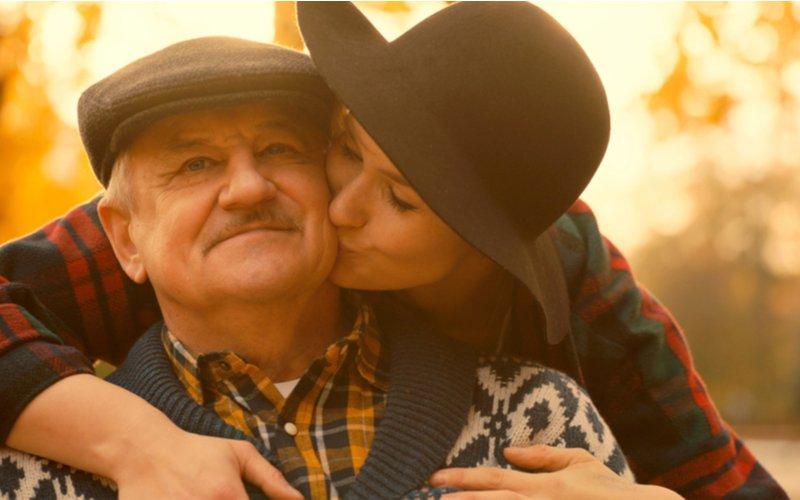Žena bozkáva svojho otca