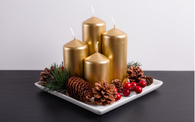 Štyri zlaté sviečky na adventnom venci
