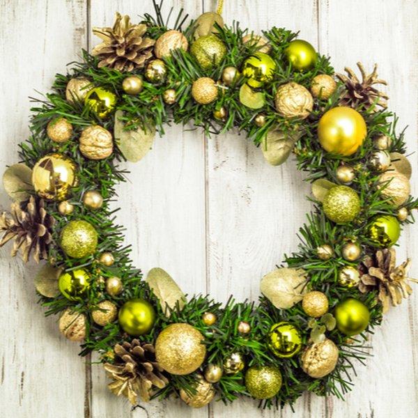 Zlato žltý vianočný veniec na dvere