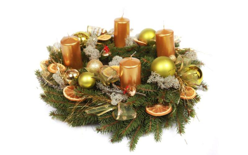 Adventný veniec so zlatými sviečkami a pomarančom