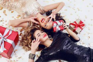 Dve mladé ženy s darčekmi