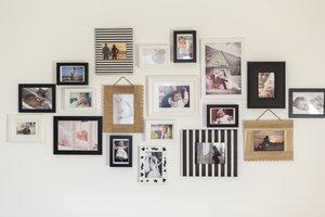Rodinné fotografie v rámikoch na stene