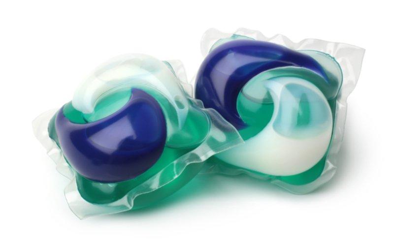Dve zeleno-modré kapsule do umývačky riadu