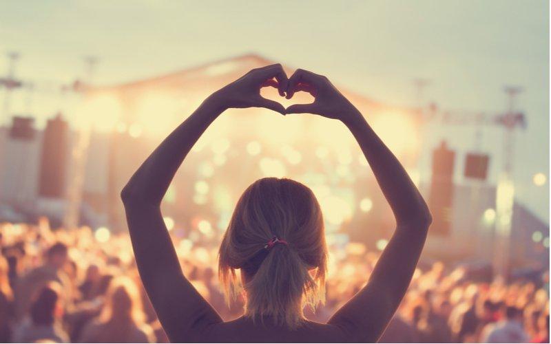 Žena na koncerte
