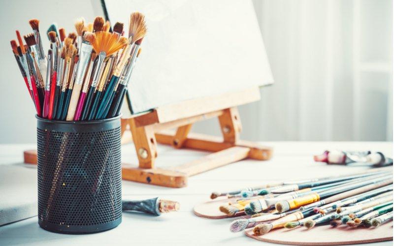 Štetce a plátno na maľovanie