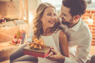 Muž dáva darček svojej manželke