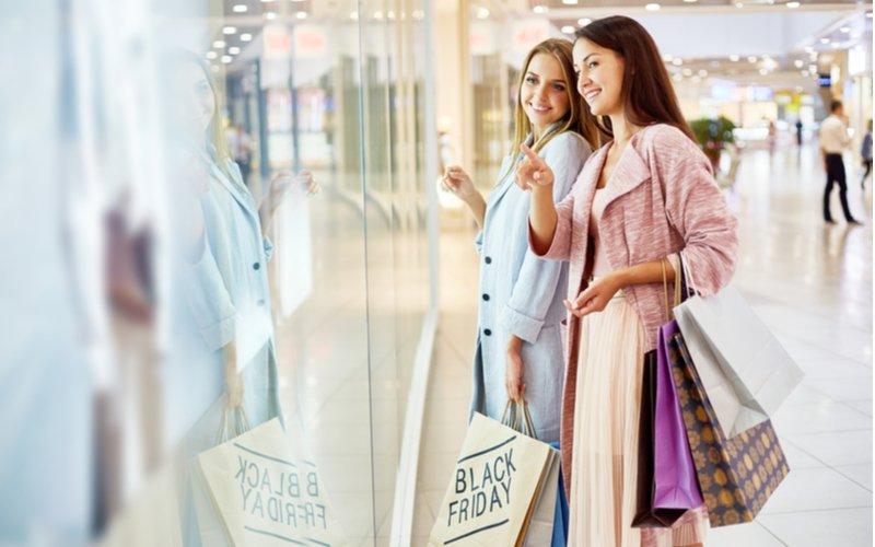 Dve mladé ženy spolu nakupujú