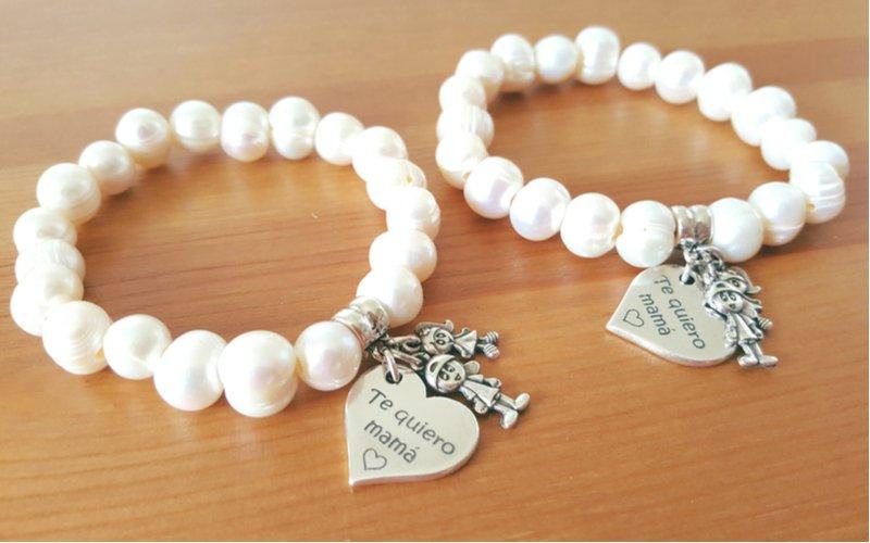Dva biele perlové náramky pre mamu