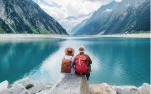 Párik sedí pri jazere v horách