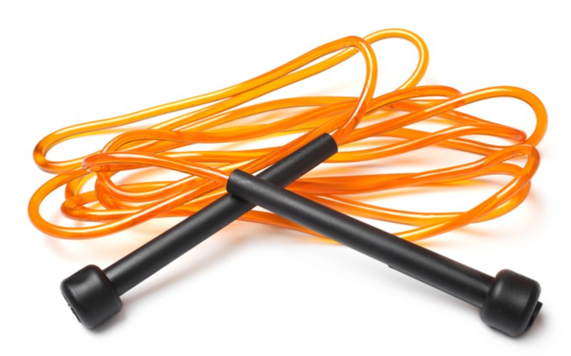 Oranžové plastové švihadlo