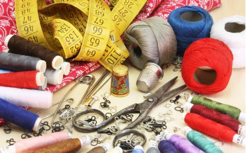 Bavlnky na šitie, nožnice a meter
