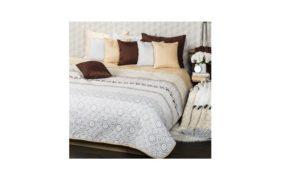 Sivo biely prehoz na posteľ s vankúšmi