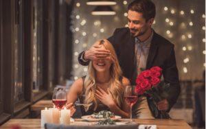 Muž prekvapil ženu ružami a večerou
