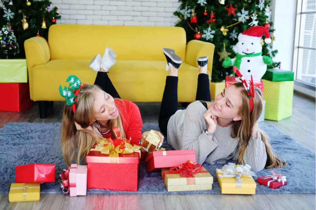 Dve sestry s darčekmi