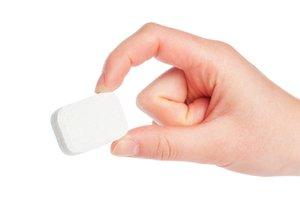 Tableta do umývačky riadu v ruke
