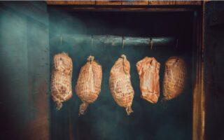Tradičná domáca udiareň so šunkami