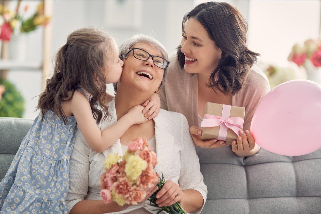 Dievčatko s matkou a babkou oslavujú babkine narodeniny