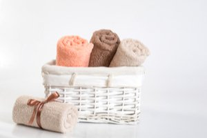 Štyri farebné uteráky, tri v košíku