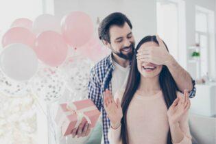 Muž dáva žene darček